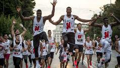 Giannis y Thanasis Antetokounmpo llenan las calles de Atenas de corredores