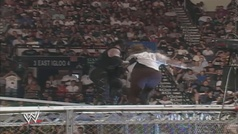 Cuando Undertaker lanzó a Mick Foley desde lo alto de la jaula en 'King of the Ring' (WWE).