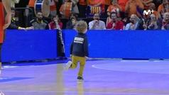 Un espontáneo de 5 años irrumpe en el partido entre el Valencia y el Iberostar