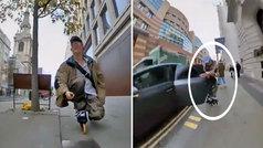 Un patinador se come la puerta de un coche en el accidente más viral del momento: ¿real o fake?