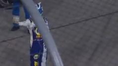 Peineta sostenida de Chase Elliot a Kyle Busch tras un accidente en la NASCAR