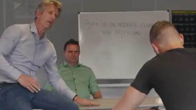 El Ajax castiga a su nuevo fichaje a copiar 100 veces una frase por criticarlos en el pasado