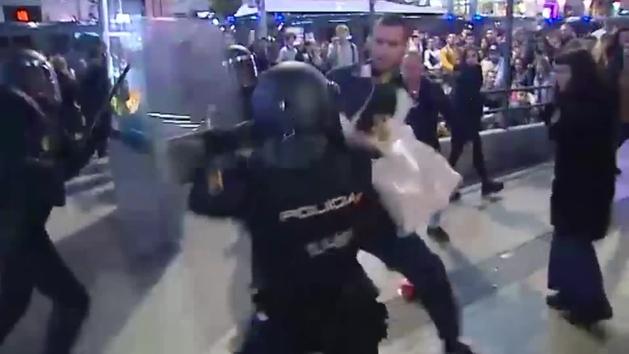 Cargas policiales y caos en Madrid tras una manifestación por la amnistía de los presos políticos