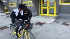 Elaine Thompson-Herah aprende a montar en bicicleta