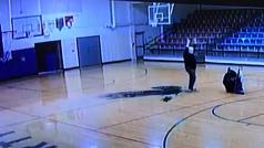 El conserje de un instituto se hace viral por su canastón cuando pensaba que nadie le miraba