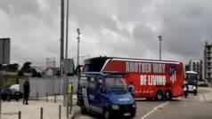 El Atlético llegó a la ciudad deportiva del Benfica entre fuertes medidas de seguridad