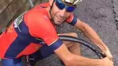 Nibali graba un tutorial para cambiar la rueda de una bicicleta