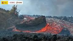 Un enorme bloque de piedra volcánica se desplaza sobre la colada de lava