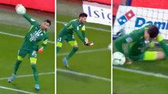 ¡El portero del Grenoble se mete gol al sacar con la mano!