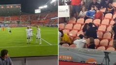 Le pide matrimonio a su novia en pleno partido... ¡y marcan gol antes de que responda!
