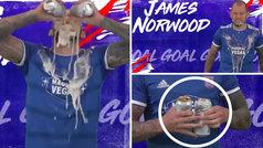 El GIF loco del Ipswich para cantar un gol: ¡se vuelca dos 'yonquilatas' de San Miguel en la cara!