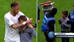 Gran gesto de Neymar con un niño que saltó al campo: le protege y le da su camiseta