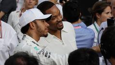 Will Smith enseña a Lewis Hamilton a ondear la bandera de cuadros