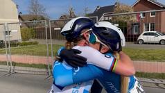 Así fue el emotivo abrazo de Van Vleuten