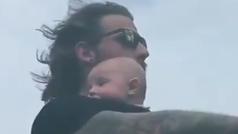 ¿Un hombre lleva a su bebé, los dos sin casco, en la moto a toda velocidad?