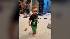 Curry pone a hacer flexiones y abdominales a su hijo... de un año