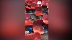 El Sporting enseña los destrozos de la afición del Oviedo en la grada visitante de El Molinón