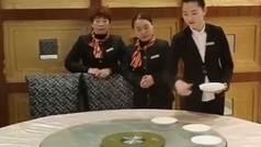 El vídeo de los camareros Kung-fu que parece imposible... pero no lo es