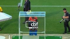 MX: Lo que faltaba por ver: ¡un árbitro brasileño bendice al VAR y le reza antes del partido!