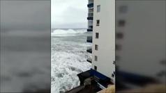 Impresionantes imágenes del mar arrancando los balcones de un bloque de pisos en Tenerife