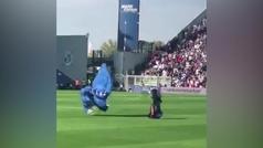Una paracaidista irrumpe por sorpresa durante el Sassuolo-Inter