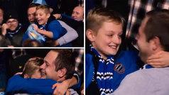 El abrazo que todo padre querría de su hijo: ¡pura emoción tras recibir la camiseta de su ídolo!