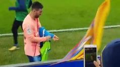 Otro gesto que engrandece a Messi: regaló su camiseta a un aficionado del Alavés con discapacidad