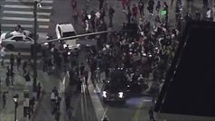 Parece una escena de The Walking Dead: perseguido por cruzar una protesta con su coche