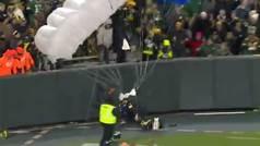 Un paracaidista casi se estrella sobre el público y choca frontalmente contra un muro