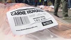 Humanos envasados en bandejas de supermercado para denunciar el consumo de carne