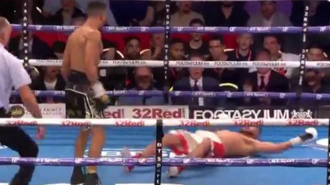 Tenía la pelea prácticamente ganada, se burló de rival y lo noquearon