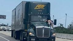 Un hombre subido al capó de un camión en una autopista de Florida