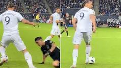MX Ibrahimovic humilla al rival y le 'remata' con una mirada provocadora