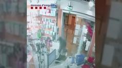 Los Mossos detienen 'in fraganti' a un hombre que robaba en una farmacia de Barcelo