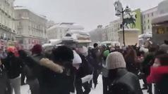 Centenares de personas cantando y bailando en Sol bajo la nieve sin acordarse del Coronavirus