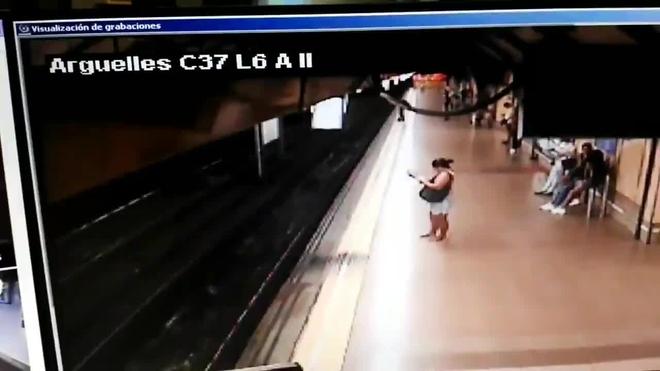 Joven sobrevive tras ser empujado a las vías del metro