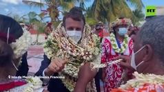 Cuando eres Macron, visitas la Polinesia... y acabas como un jarrón y ayudado por tus guardaespaldas
