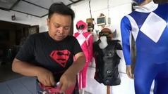 El superhéroe de Indonesia que lleva alegría y entretenimiento a los niños aislados por la pandemia