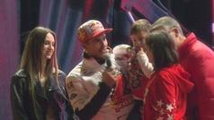 Tres fans se suben al escenario con Márquez