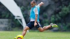 Marcelo Díaz presume un gol olímpico en el entrenamiento de los Pumas