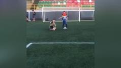 ¡Ver para creer! El niño que se viste de Messi: sienta cuatro veces al defensor antes de marcar gol