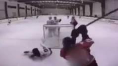 Utiliza el stick como una espada: salvaje agresión en un partido de hockey sobre hielo