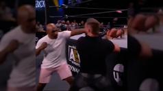 A Mike Tyson se le va la mano en un show de lucha libre y deja KO a Cash Wheeler