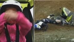 Vuela con su bicicleta con el carrito del bebé detrás... ¡y se estampa!