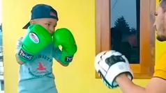Nawid Yosufi, el niño de 5 años que se ha convertido en la sensación el boxeo