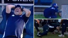 Maradona se desespera con una ocasión fallada por su equipo... ¡y se cae al suelo de espaldas!