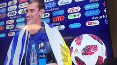 Griezmann atendió a la prensa tras la final... ¡con una bandera de Uruguay!