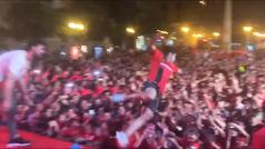 La genial celebración 'rockstar' de Abdon Prats: ¡se tiró en plancha al público!