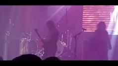 Vince Neil se cae en un concierto