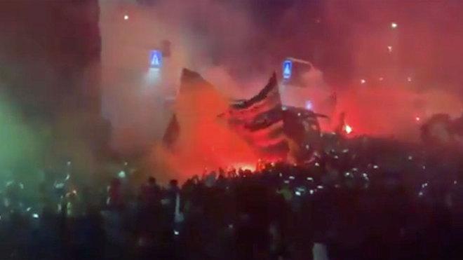 Alucinante recibimiento de 4000 'tifossi' al Atalanta con bengalas y fuegos  artificiales